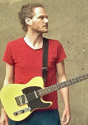 Christian Wosimski beim E-Gitarrenunterricht in Bergedorf
