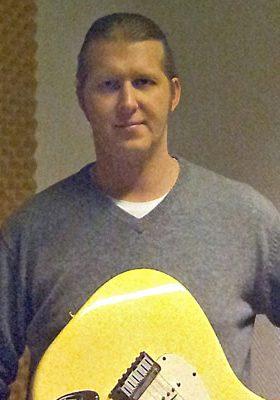 Gitarrist Filip Ziembiski beim E-Gitarrenunterricht in Bergedorf und Wohltorf