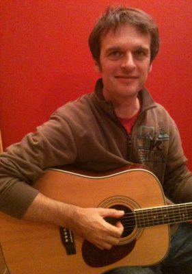 Jochen Midwer beim Gitarrenunterricht in Bergedorf