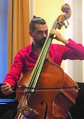 Ein Mann spielt Kontrabass mit Bogen