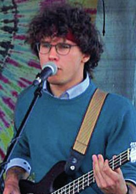 Gitarrist Henry Mücke beim E-Gitarrenunterricht
